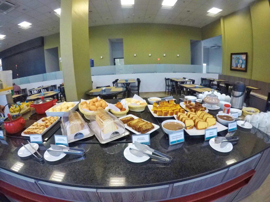 Foto buffet de café da manhã no slaviero cuiaba