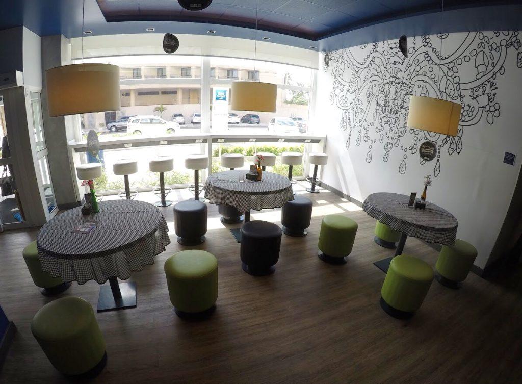 Area do bar e bancada com vista pra rua no Ibis Budget Aracaju