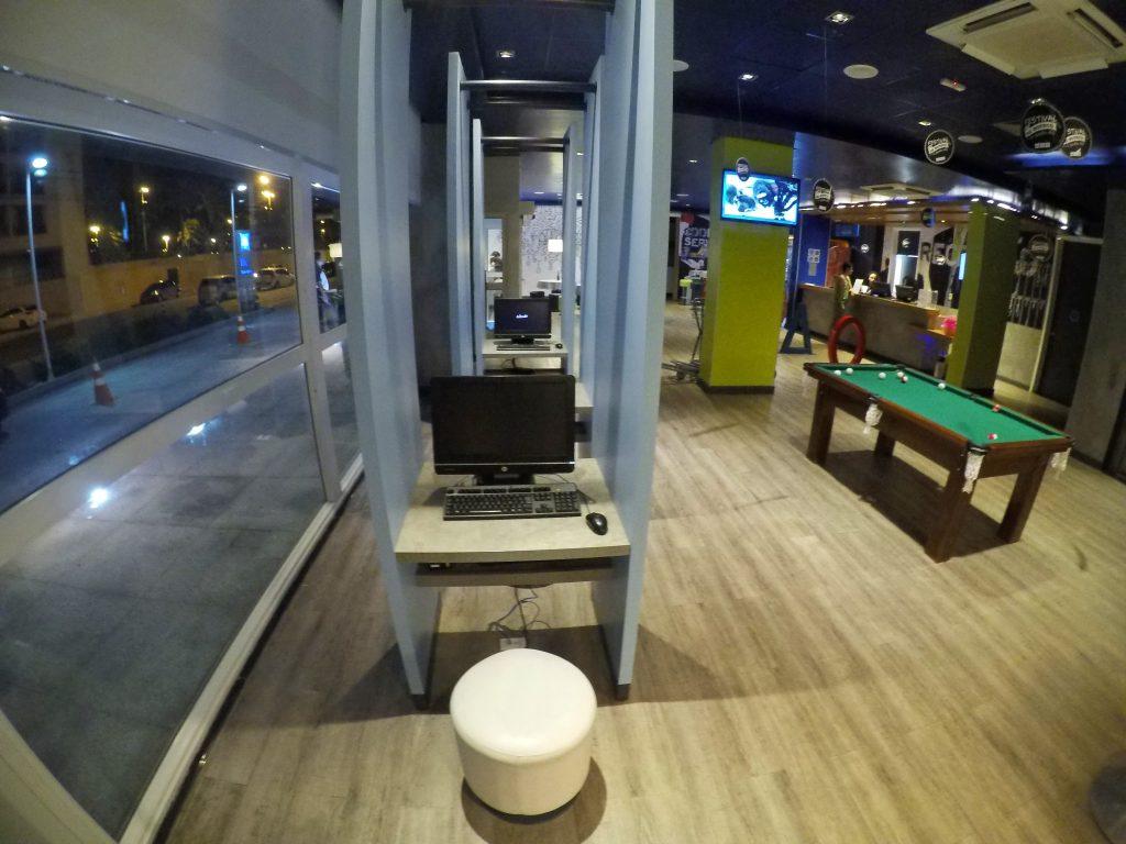Estação business com computadores no Ibis Budget Aracaju