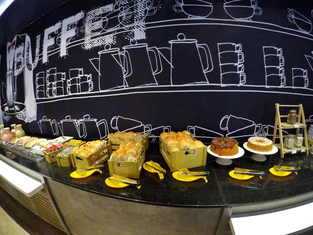 Pães e bolos no café da manhã do Ibis Budget Aracaju