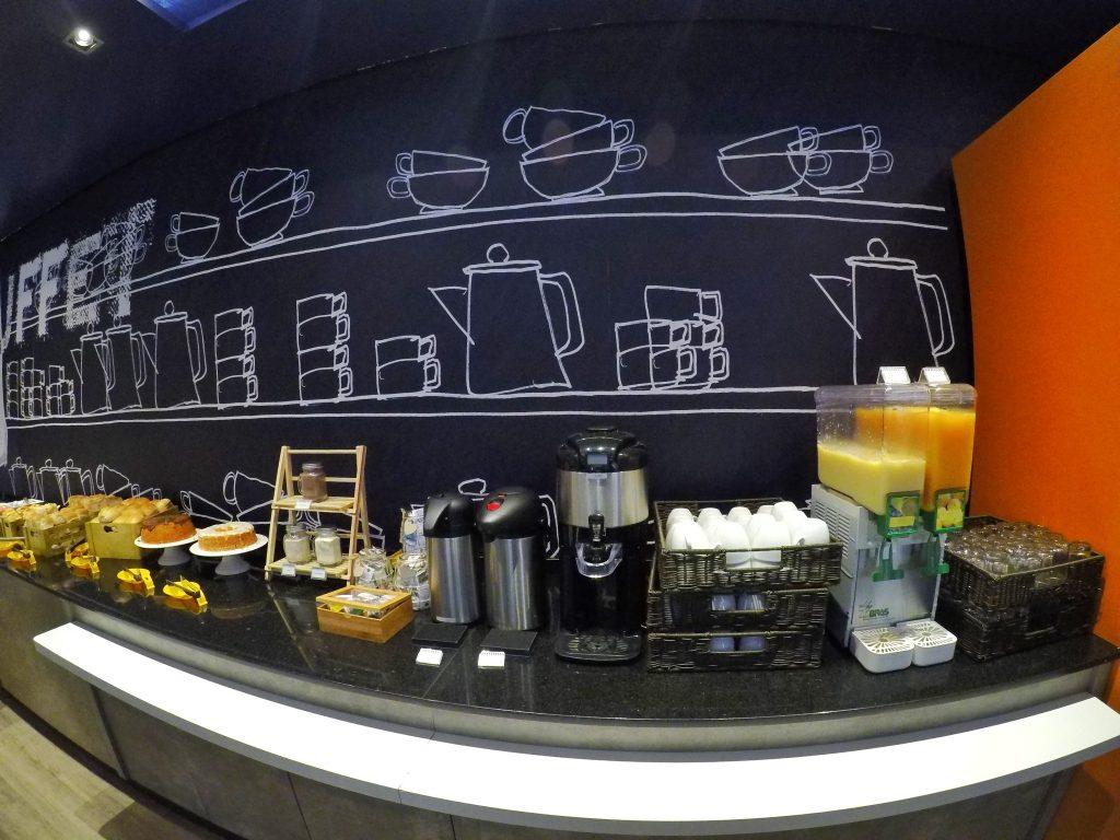 Sucos, café e achocolatado no café da manha do Ibis Budget Aracaju
