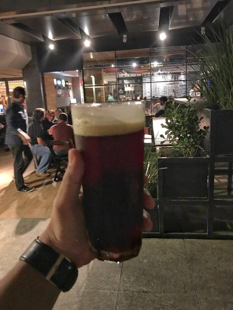 Foto de um copo de cerveja no botto bar