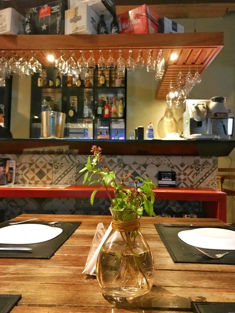 Foto das mesas do calles bar