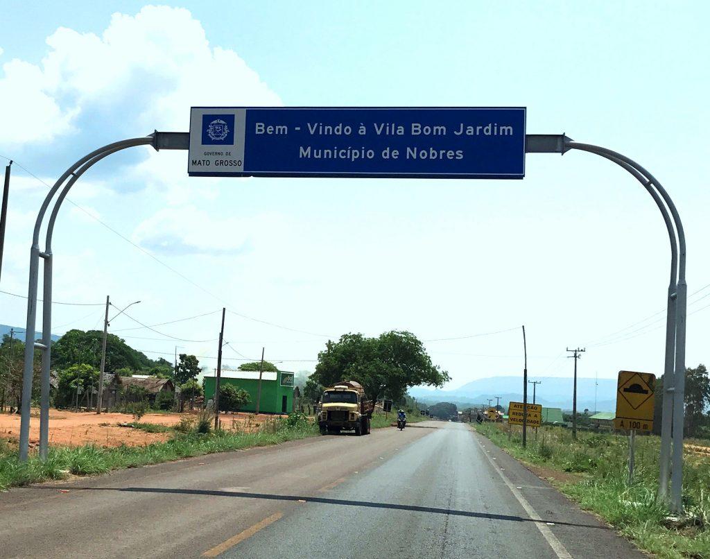 Placa indicando a chegada a vila de Bom Jardim