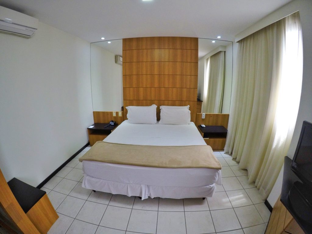 Foto da cama de casal no interior do quarto intercity cuiaba
