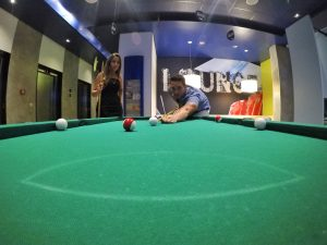 Hall com mesa de sinuca no Ibis Budget Aracaju