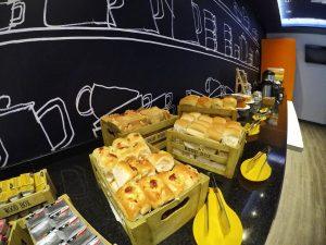 Pães doce e salgados no café do Ibis Budget Aracaju.JPG
